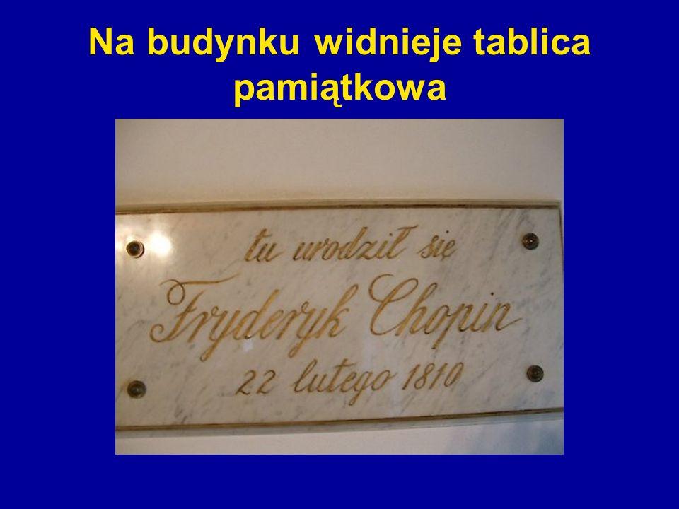 Na budynku widnieje tablica pamiątkowa
