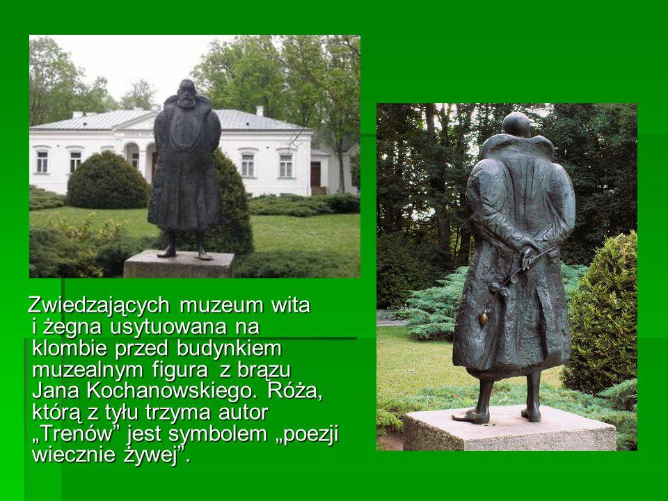 Zwiedzających muzeum wita i żegna usytuowana na klombie przed budynkiem muzealnym figura z brązu Jana Kochanowskiego. Róża, którą z tyłu trzyma autor