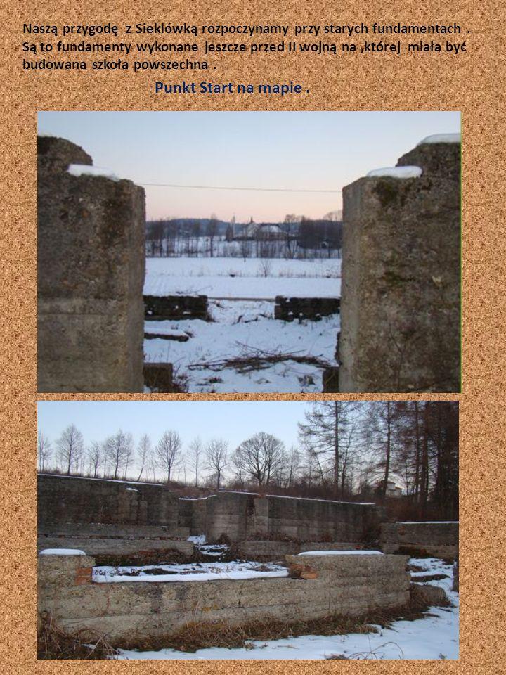 Naszą przygodę z Sieklówką rozpoczynamy przy starych fundamentach. Są to fundamenty wykonane jeszcze przed II wojną na,której miała być budowana szkoł