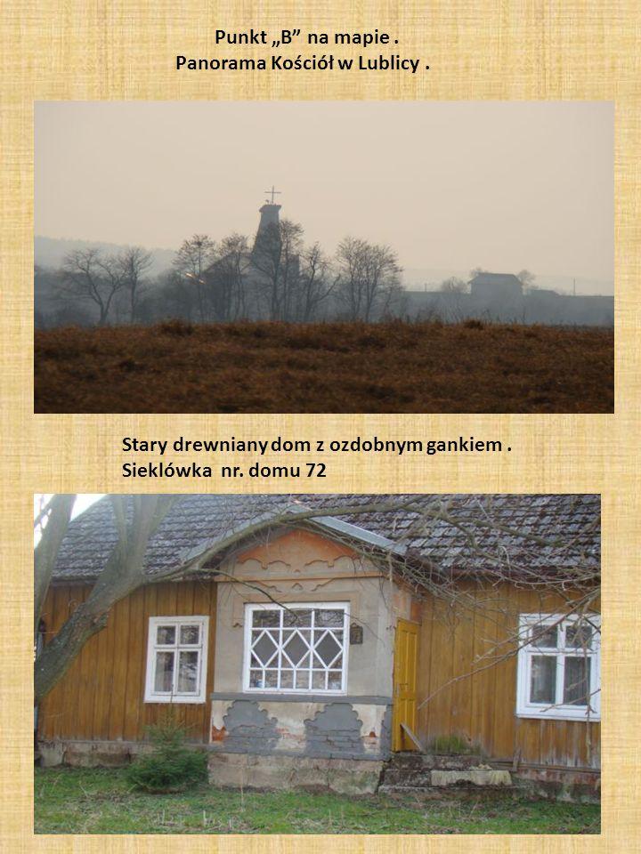 """Punkt """"B"""" na mapie. Panorama Kościół w Lublicy. Stary drewniany dom z ozdobnym gankiem. Sieklówka nr. domu 72"""