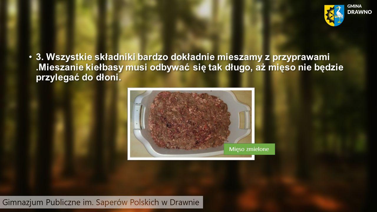 3. Wszystkie składniki bardzo dokładnie mieszamy z przyprawami.Mieszanie kiełbasy musi odbywać się tak długo, aż mięso nie będzie przylegać do dłoni.