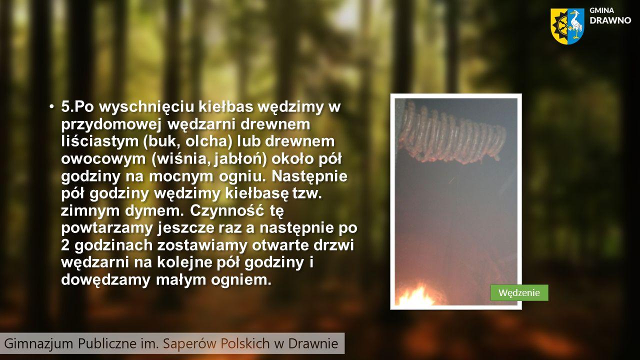 5.Po wyschnięciu kiełbas wędzimy w przydomowej wędzarni drewnem liściastym (buk, olcha) lub drewnem owocowym (wiśnia, jabłoń) około pół godziny na mocnym ogniu.