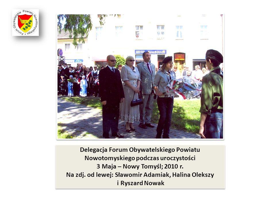 Delegacja Forum Obywatelskiego Powiatu Nowotomyskiego podczas uroczystości 3 Maja – Nowy Tomyśl; 2010 r. Na zdj. od lewej: Sławomir Adamiak, Halina Ol