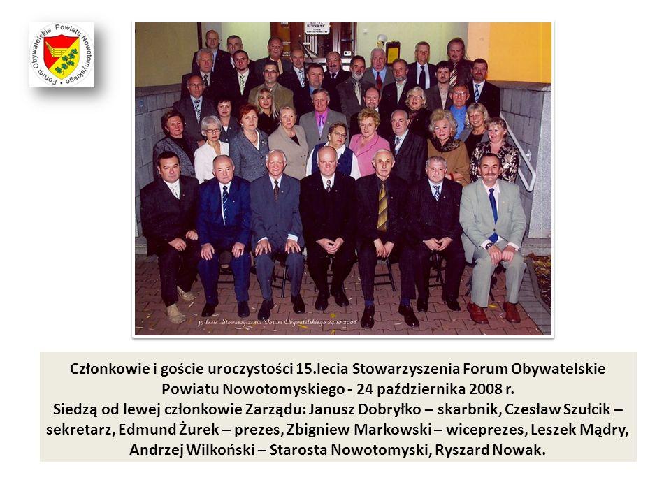 Członkowie i goście uroczystości 15.lecia Stowarzyszenia Forum Obywatelskie Powiatu Nowotomyskiego - 24 października 2008 r. Siedzą od lewej członkowi