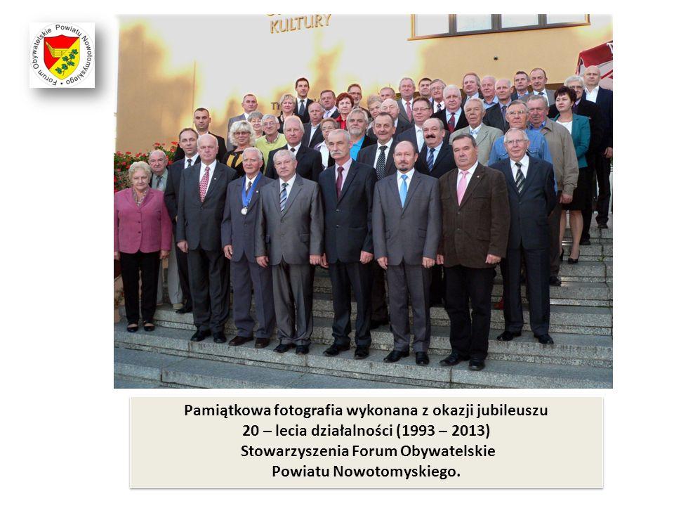 Pamiątkowa fotografia wykonana z okazji jubileuszu 20 – lecia działalności (1993 – 2013) Stowarzyszenia Forum Obywatelskie Powiatu Nowotomyskiego.