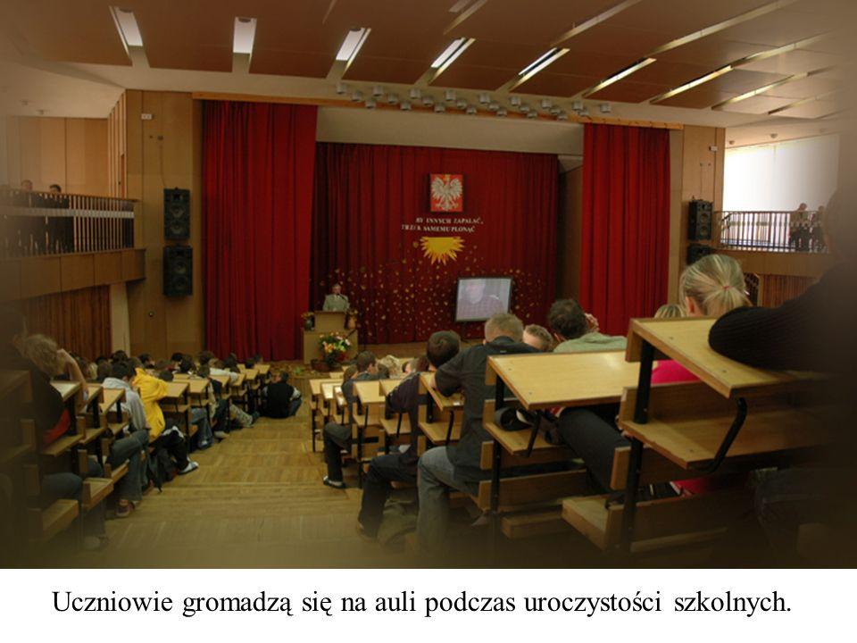 Uczniowie gromadzą się na auli podczas uroczystości szkolnych.