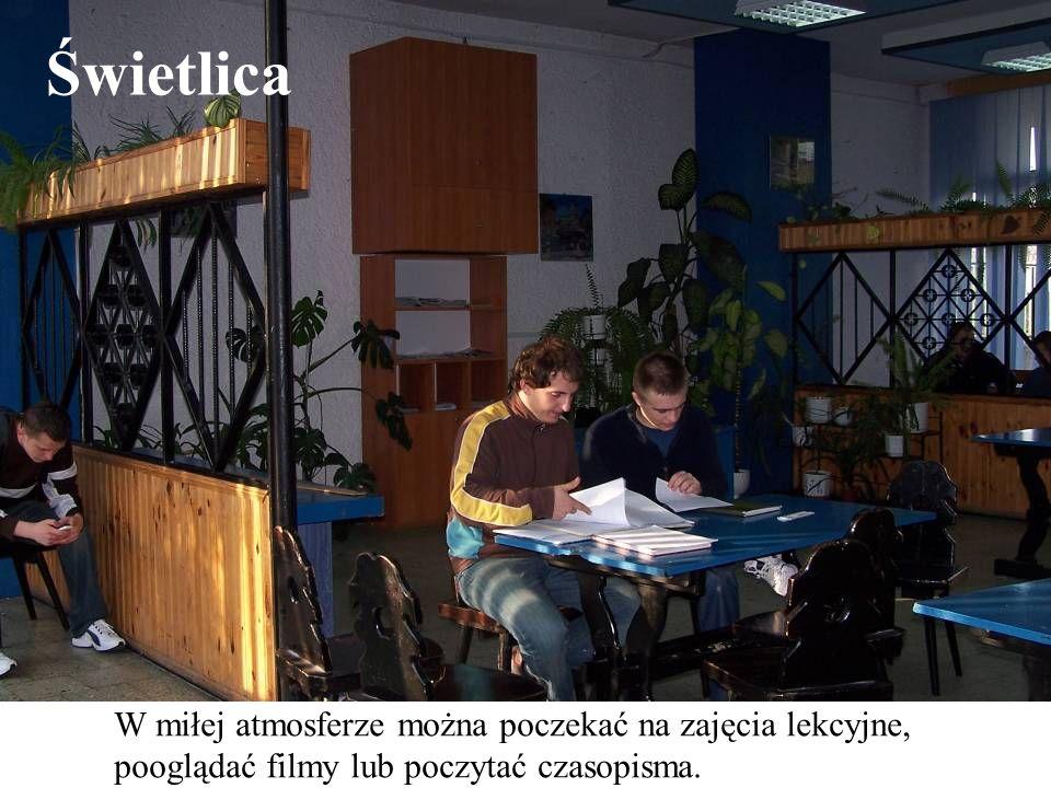 Świetlica W miłej atmosferze można poczekać na zajęcia lekcyjne, pooglądać filmy lub poczytać czasopisma.