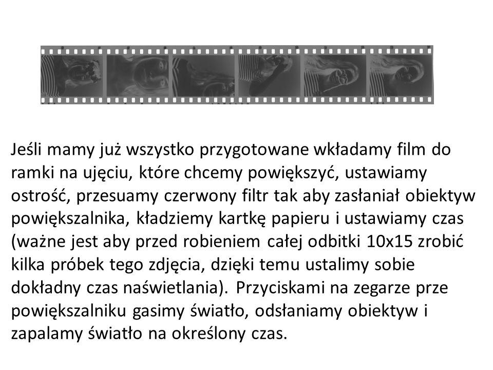 Jeśli mamy już wszystko przygotowane wkładamy film do ramki na ujęciu, które chcemy powiększyć, ustawiamy ostrość, przesuamy czerwony filtr tak aby zasłaniał obiektyw powiększalnika, kładziemy kartkę papieru i ustawiamy czas (ważne jest aby przed robieniem całej odbitki 10x15 zrobić kilka próbek tego zdjęcia, dzięki temu ustalimy sobie dokładny czas naświetlania).