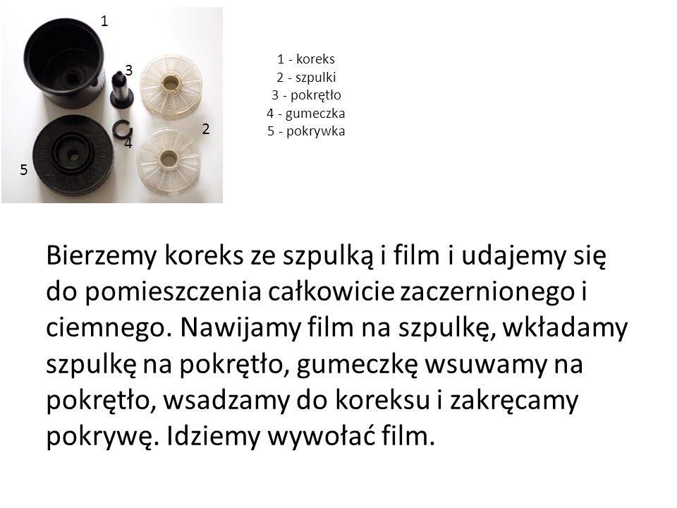 1 - koreks 2 - szpulki 3 - pokrętło 4 - gumeczka 5 - pokrywka Bierzemy koreks ze szpulką i film i udajemy się do pomieszczenia całkowicie zaczernionego i ciemnego.