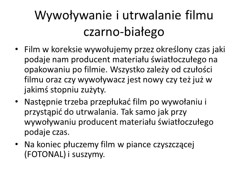 Wywoływanie i utrwalanie filmu czarno-białego Film w koreksie wywołujemy przez określony czas jaki podaje nam producent materiału światłoczułego na opakowaniu po filmie.