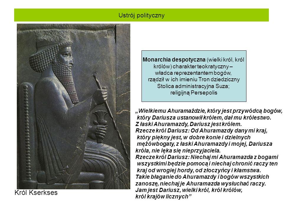 """Ustrój polityczny Król Kserkses Monarchia despotyczna (wielki król, król królów) charakter teokratyczny – władca reprezentantem bogów, rządził w ich imieniu Tron dziedziczny Stolica administracyjna Suza; religijną Persepolis """"Wielkiemu Ahuramaździe, który jest przywódcą bogów, który Dariusza ustanowił królem, dał mu królestwo."""