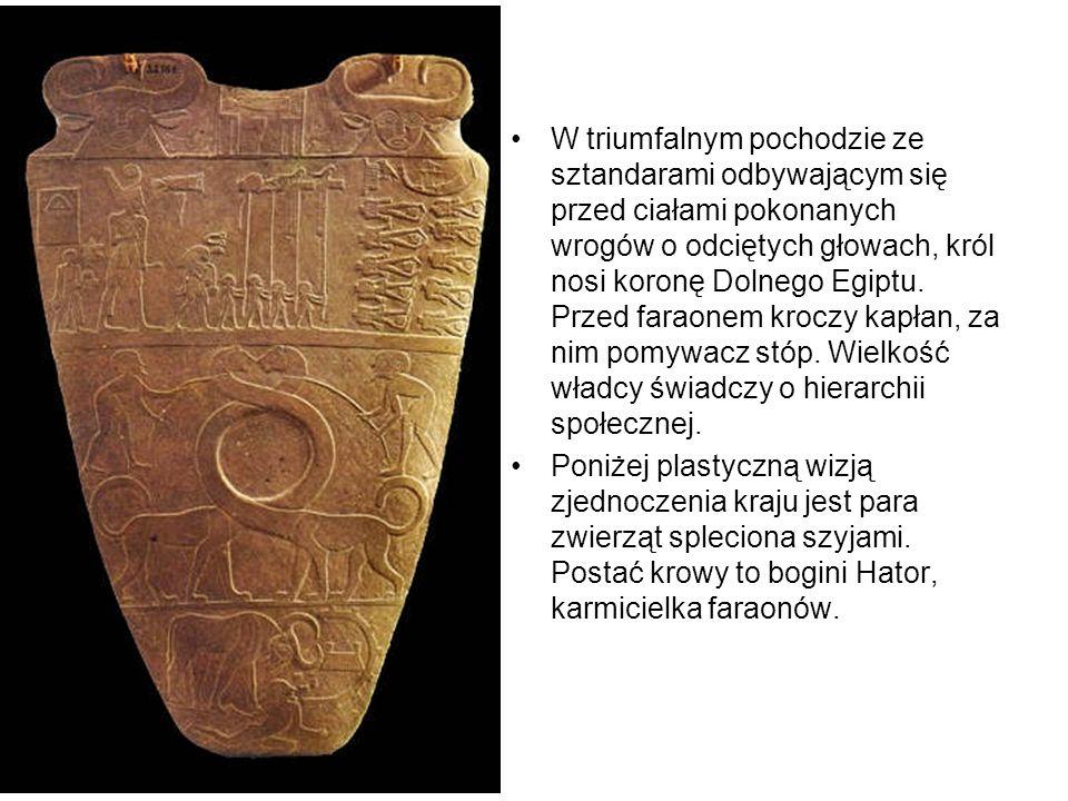W triumfalnym pochodzie ze sztandarami odbywającym się przed ciałami pokonanych wrogów o odciętych głowach, król nosi koronę Dolnego Egiptu.