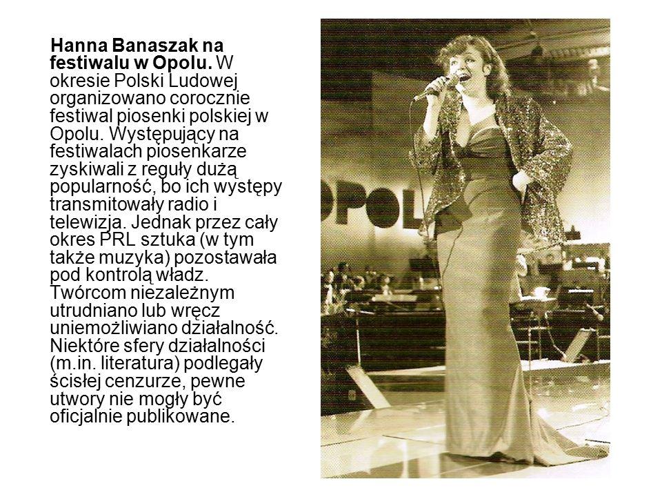 Hanna Banaszak na festiwalu w Opolu. W okresie Polski Ludowej organizowano corocznie festiwal piosenki polskiej w Opolu. Występujący na festiwalach pi
