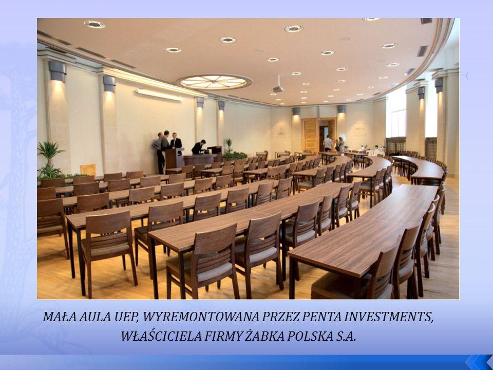 MAŁA AULA UEP, WYREMONTOWANA PRZEZ PENTA INVESTMENTS, WŁAŚCICIELA FIRMY ŻABKA POLSKA S.A.