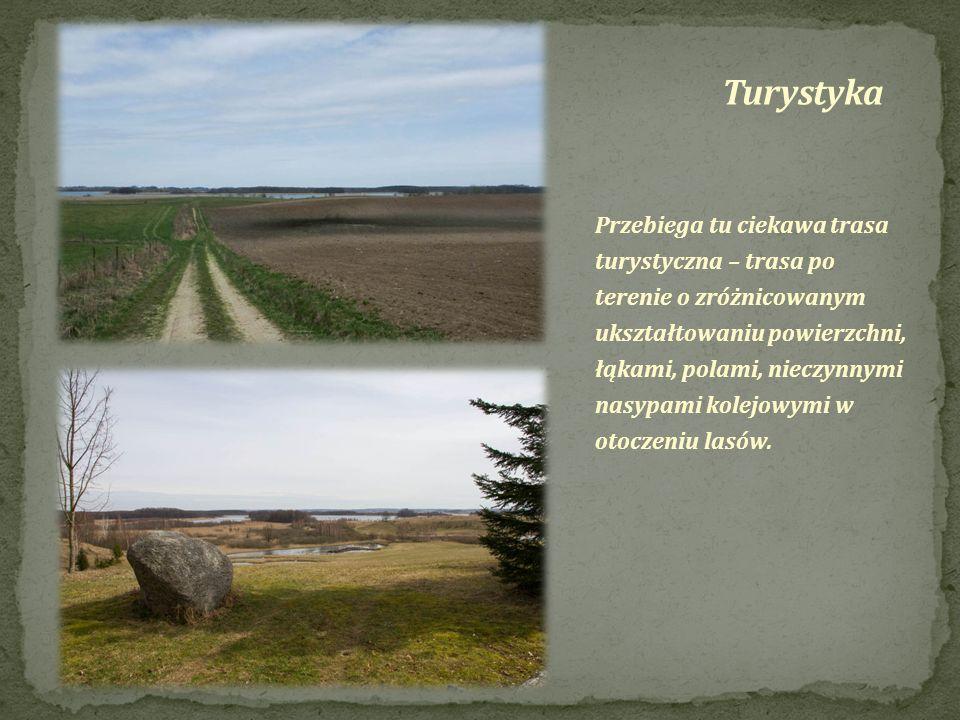 Przebiega tu ciekawa trasa turystyczna – trasa po terenie o zróżnicowanym ukształtowaniu powierzchni, łąkami, polami, nieczynnymi nasypami kolejowymi