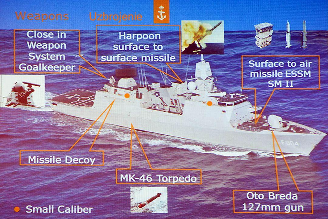 Uzbrojenie (lokacja na kolejnym slajdzie): - 2x4 rakiety Harpoon Block 2, - 5x8 wyrzutni Mk 41 VLS wyposażonych w pociski plot: 32 x SM-2 IIIA 32 x RIM-162 ESSM - armata Oto Melara 127mm/54, (Oto Breda) - 2 zestawy obrony bezpośredniej Signaal Goalkeeper 30mm, - 2 działka Oerlikon 20 mm, - 2 podwójne wyrzutnie torpedowe Mk 32