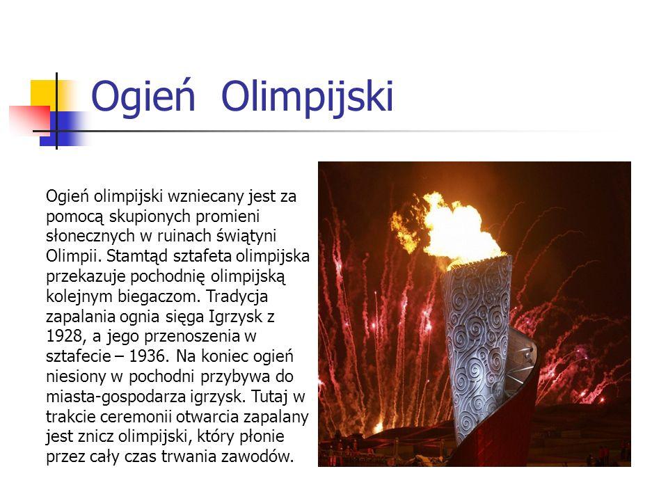 Ogień Olimpijski Ogień olimpijski wzniecany jest za pomocą skupionych promieni słonecznych w ruinach świątyni Olimpii. Stamtąd sztafeta olimpijska prz