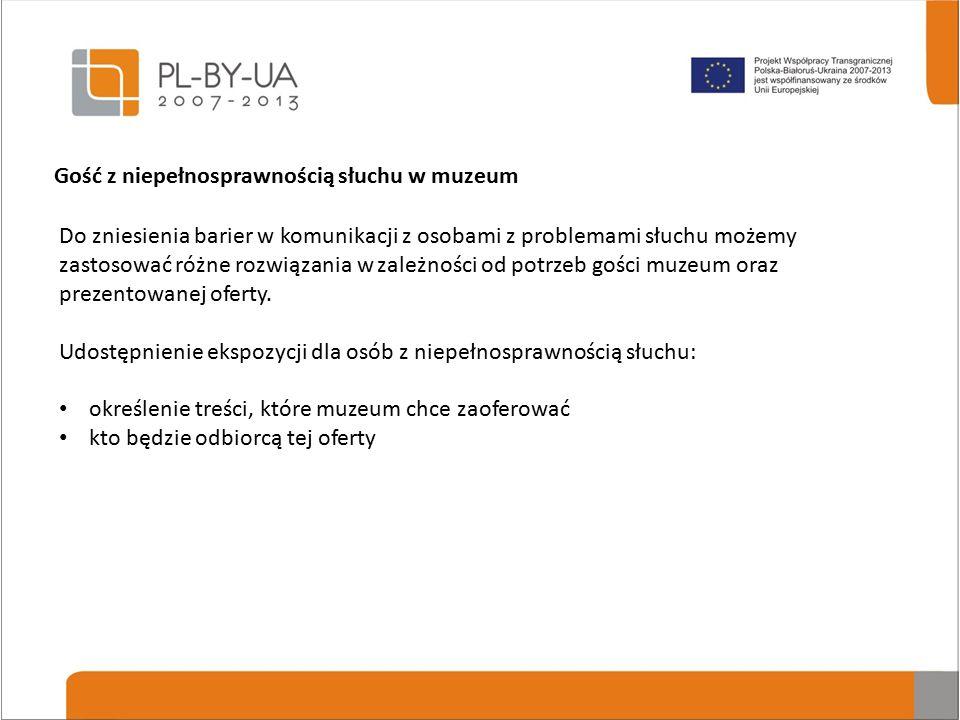 Do zniesienia barier w komunikacji z osobami z problemami słuchu możemy zastosować różne rozwiązania w zależności od potrzeb gości muzeum oraz prezentowanej oferty.