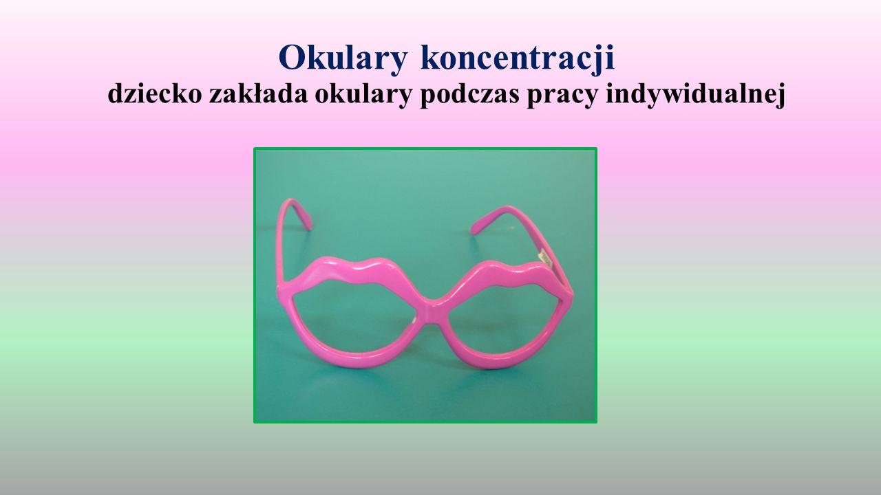 Okulary koncentracji dziecko zakłada okulary podczas pracy indywidualnej