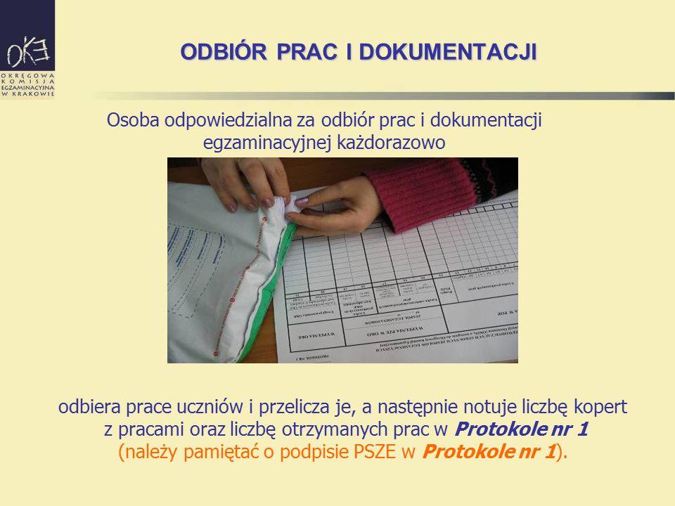 odbiera prace uczniów i przelicza je, a następnie notuje liczbę kopert z pracami oraz liczbę otrzymanych prac w Protokole nr 1 (należy pamiętać o podp