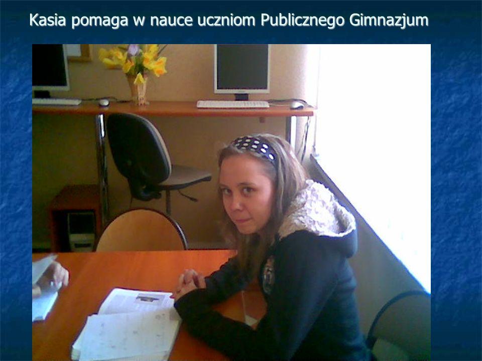 Kasia pomaga w nauce uczniom Publicznego Gimnazjum
