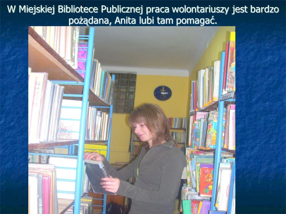 W Miejskiej Bibliotece Publicznej praca wolontariuszy jest bardzo pożądana, Anita lubi tam pomagać.