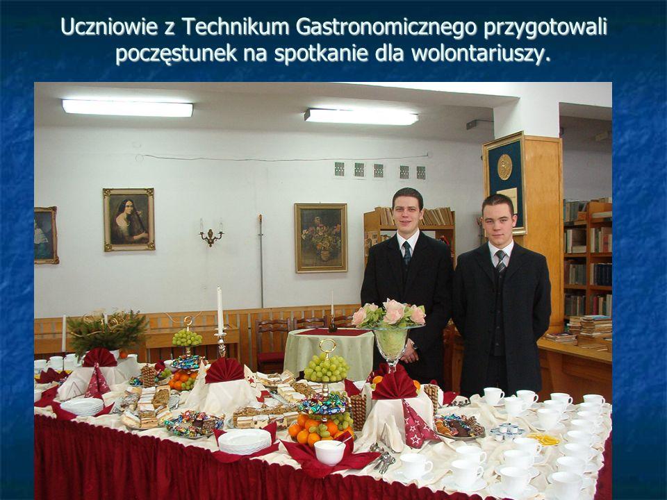 Uczniowie z Technikum Gastronomicznego przygotowali poczęstunek na spotkanie dla wolontariuszy.