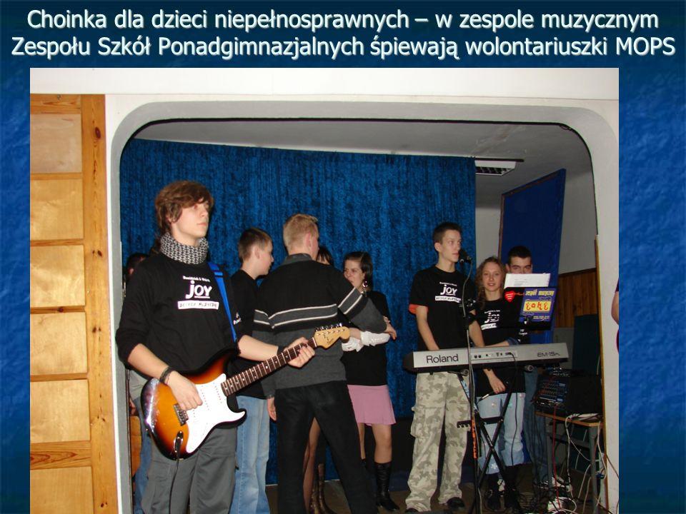 Choinka dla dzieci niepełnosprawnych – w zespole muzycznym Zespołu Szkół Ponadgimnazjalnych śpiewają wolontariuszki MOPS