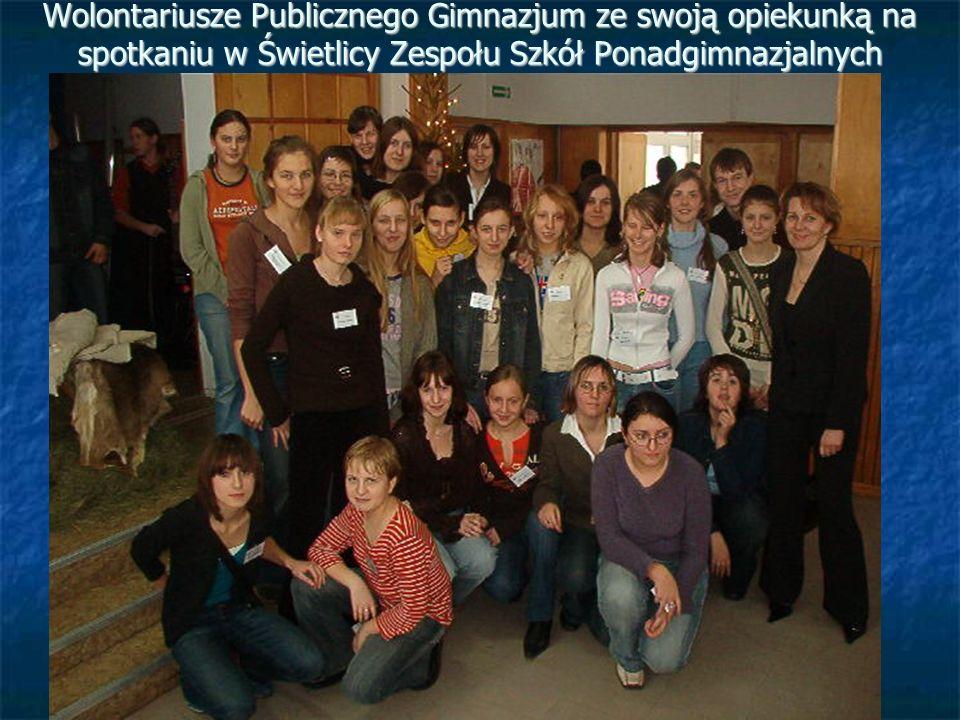 Wolontariusze Publicznego Gimnazjum ze swoją opiekunką na spotkaniu w Świetlicy Zespołu Szkół Ponadgimnazjalnych