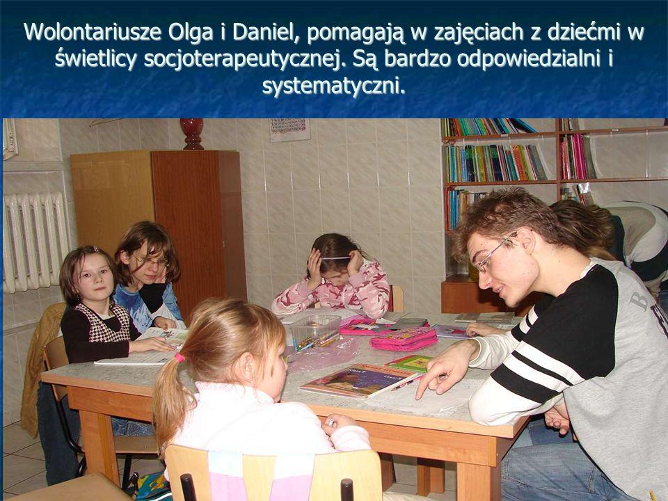 Wolontariusze Olga i Daniel, pomagają w zajęciach z dziećmi w świetlicy socjoterapeutycznej.