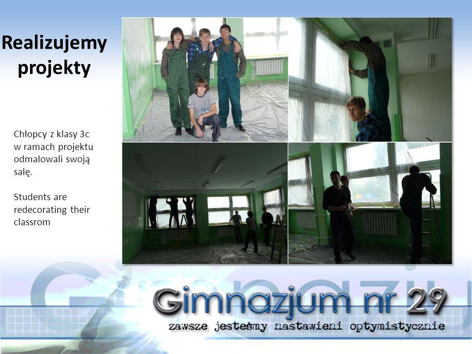 Chłopcy z klasy 3c w ramach projektu odmalowali swoją salę. Students are redecorating their classrom Realizujemy projekty