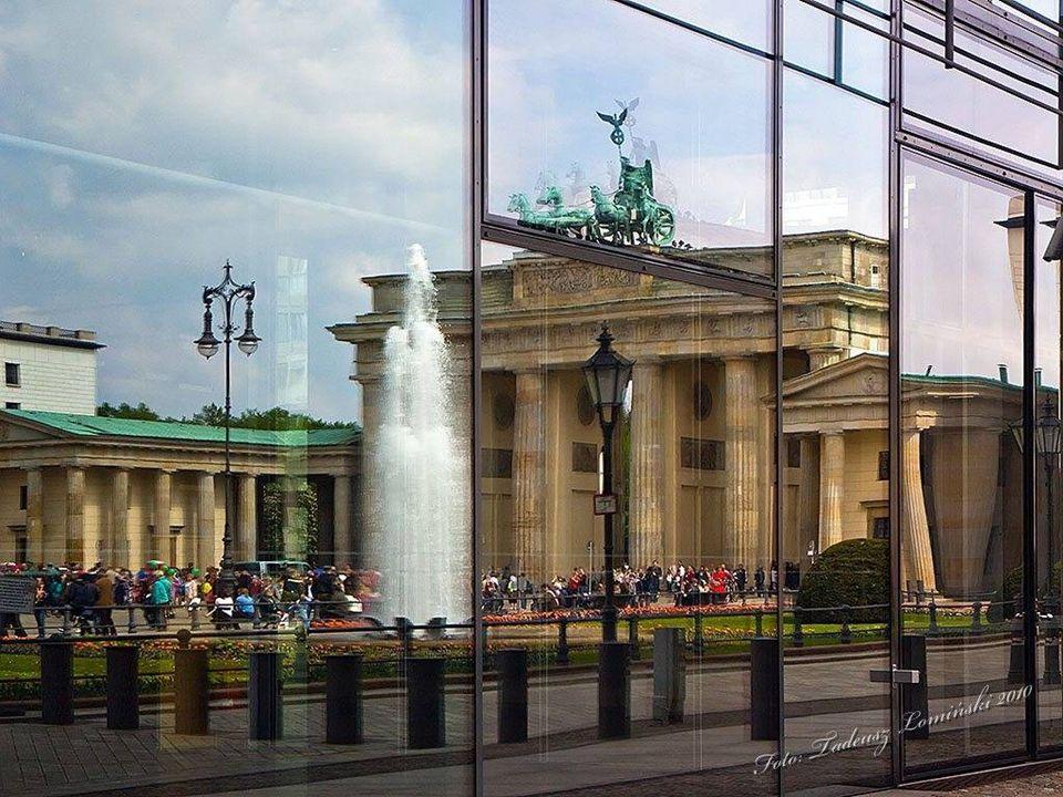"""W głębi most """"Skok przez Szprewę - łączy dawny Wschodni i Zachodni Berlin"""