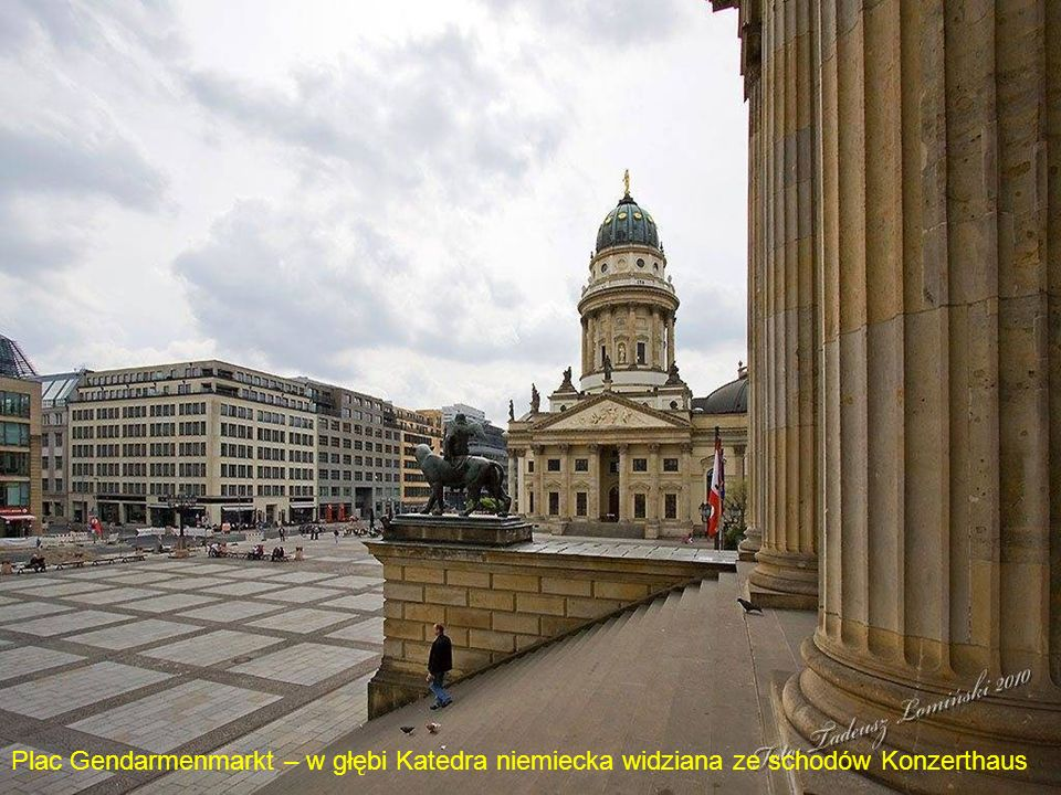 Plac Gendarmenmarkt – w głębi Katedra niemiecka widziana ze schodów Konzerthaus