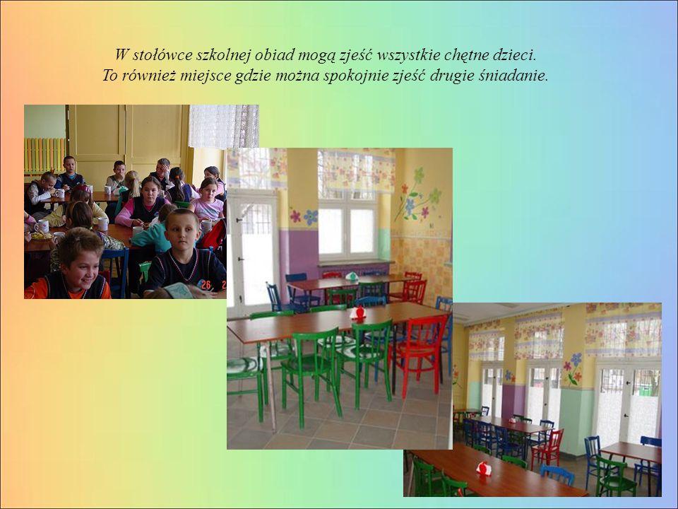 W stołówce szkolnej obiad mogą zjeść wszystkie chętne dzieci.