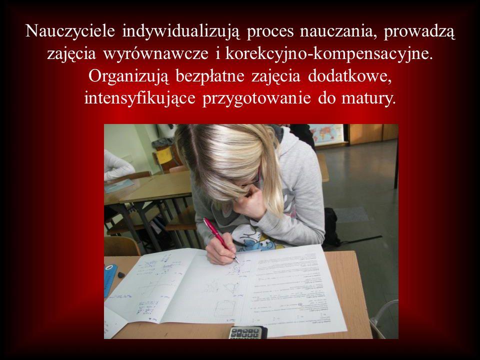 Nauczyciele indywidualizują proces nauczania, prowadzą zajęcia wyrównawcze i korekcyjno-kompensacyjne.