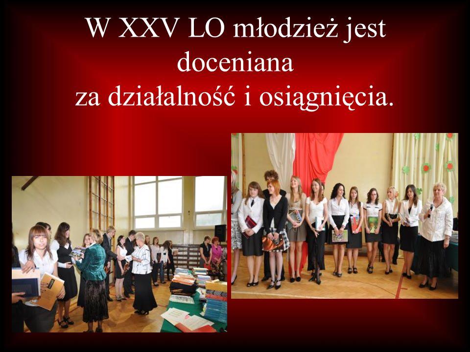 W XXV LO młodzież jest doceniana za działalność i osiągnięcia.