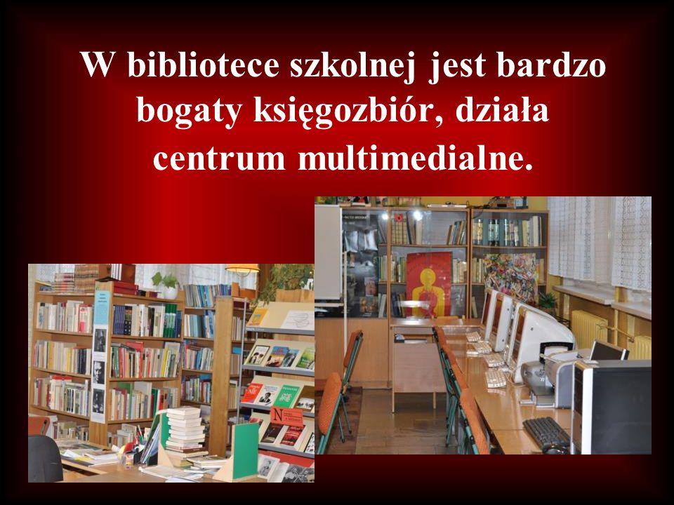 W bibliotece szkolnej jest bardzo bogaty księgozbiór, działa centrum multimedialne.