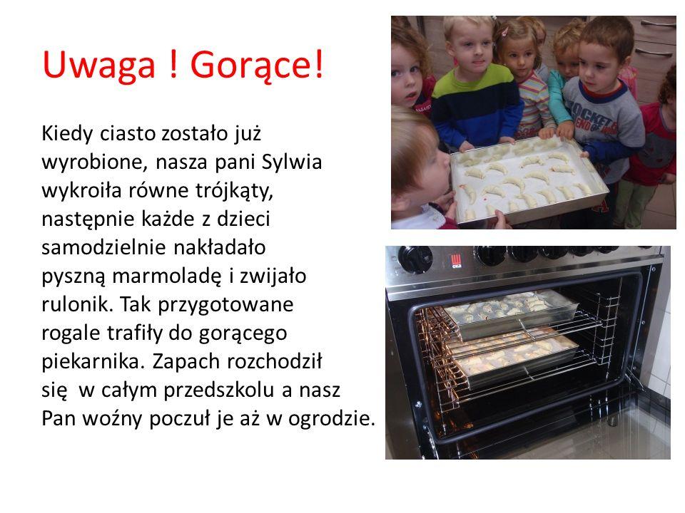 Uwaga ! Gorące! Kiedy ciasto zostało już wyrobione, nasza pani Sylwia wykroiła równe trójkąty, następnie każde z dzieci samodzielnie nakładało pyszną