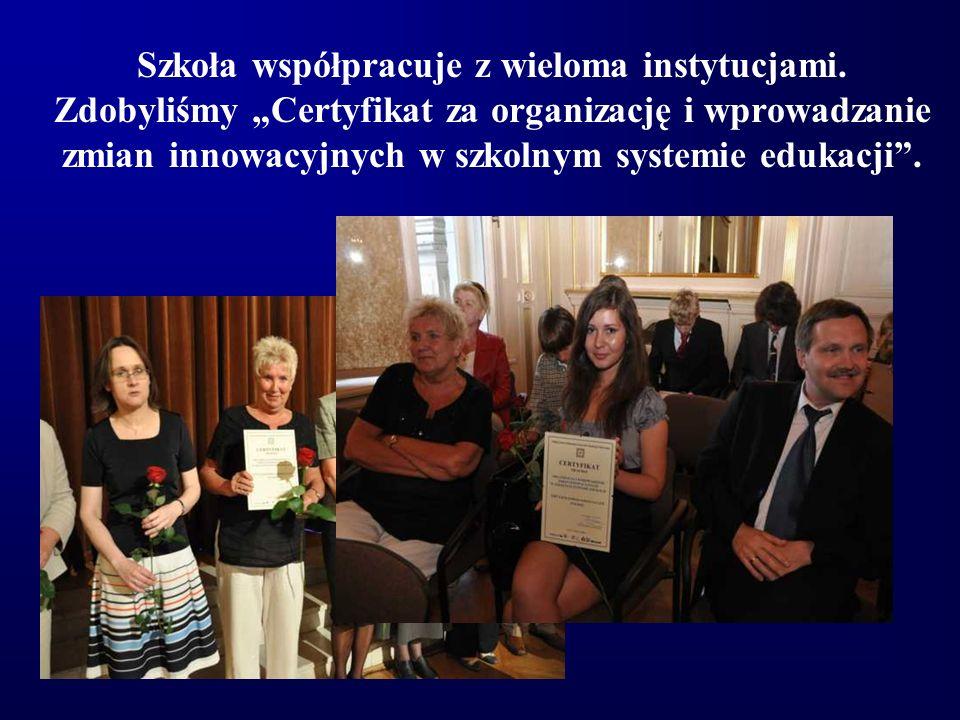 """Szkoła współpracuje z wieloma instytucjami. Zdobyliśmy """"Certyfikat za organizację i wprowadzanie zmian innowacyjnych w szkolnym systemie edukacji""""."""