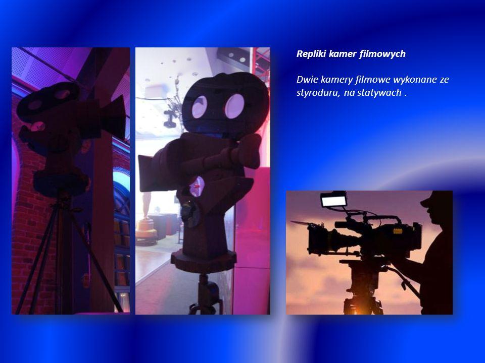 Repliki kamer filmowych Dwie kamery filmowe wykonane ze styroduru, na statywach.