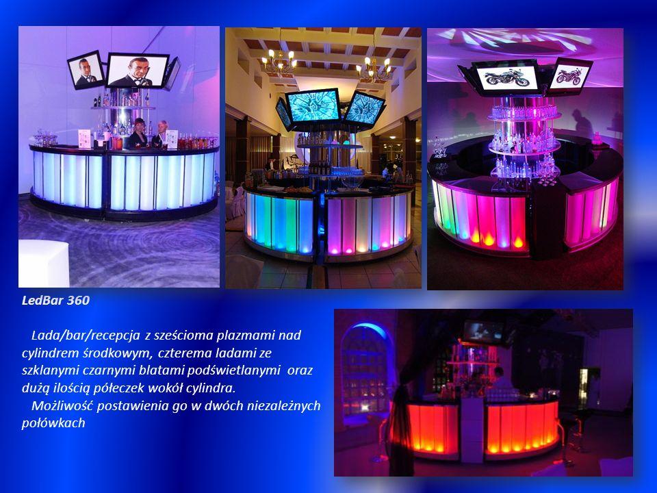 LedBar 360 Lada/bar/recepcja z sześcioma plazmami nad cylindrem środkowym, czterema ladami ze szklanymi czarnymi blatami podświetlanymi oraz dużą ilością półeczek wokół cylindra.