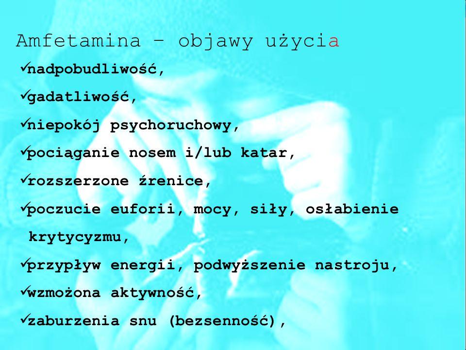Amfetamina – objawy użycia nadpobudliwość, gadatliwość, niepokój psychoruchowy, pociąganie nosem i/lub katar, rozszerzone źrenice, poczucie euforii, mocy, siły, osłabienie krytycyzmu, przypływ energii, podwyższenie nastroju, wzmożona aktywność, zaburzenia snu (bezsenność),