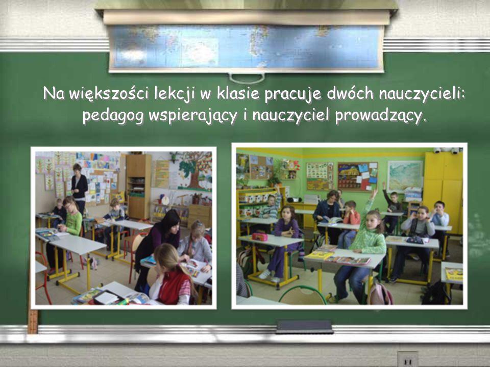 Na większości lekcji w klasie pracuje dwóch nauczycieli: pedagog wspierający i nauczyciel prowadzący.