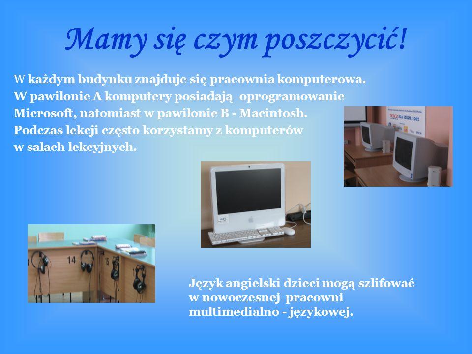 W każdym budynku znajduje się pracownia komputerowa.