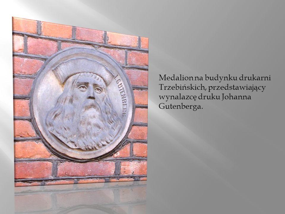 Medalion na budynku drukarni Trzebińskich, przedstawiający wynalazcę druku Johanna Gutenberga.