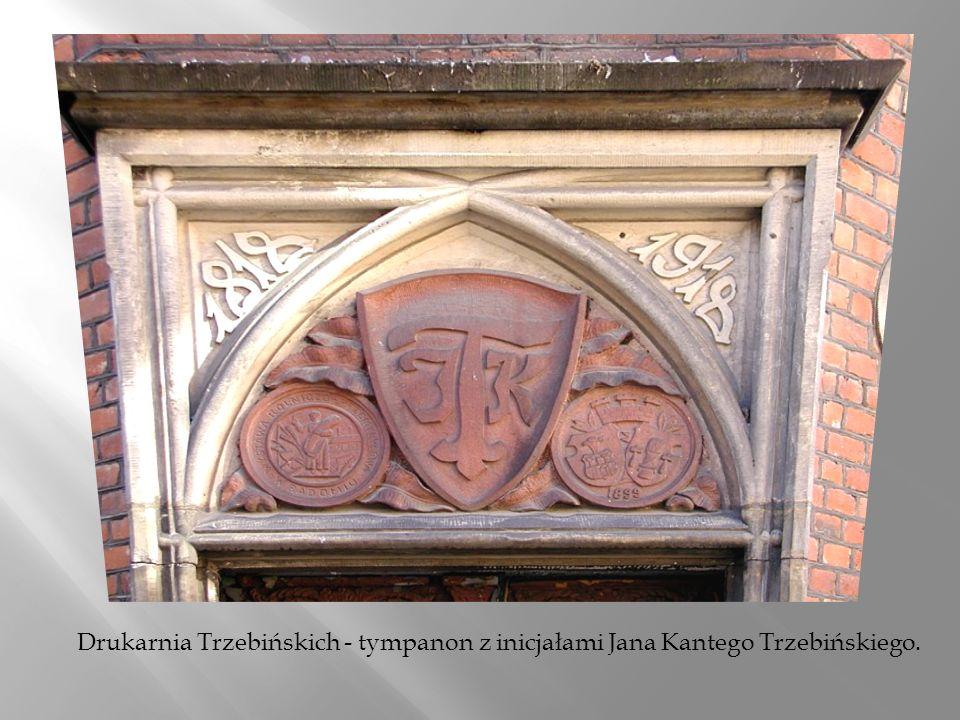 Drukarnia Trzebińskich - tympanon z inicjałami Jana Kantego Trzebińskiego.