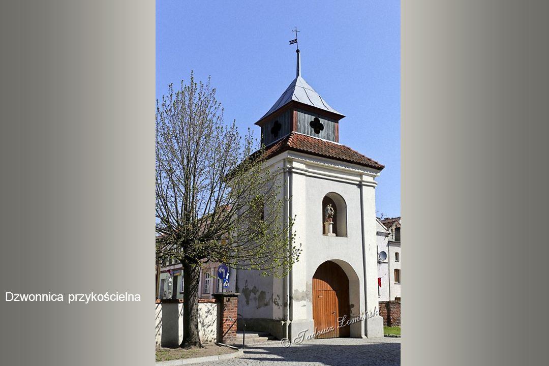 Wieżę kolegiaty wieńczy barokowy hełm trójlatarniowy, a na nim chorągiewka z herbem biskupa Potockiego