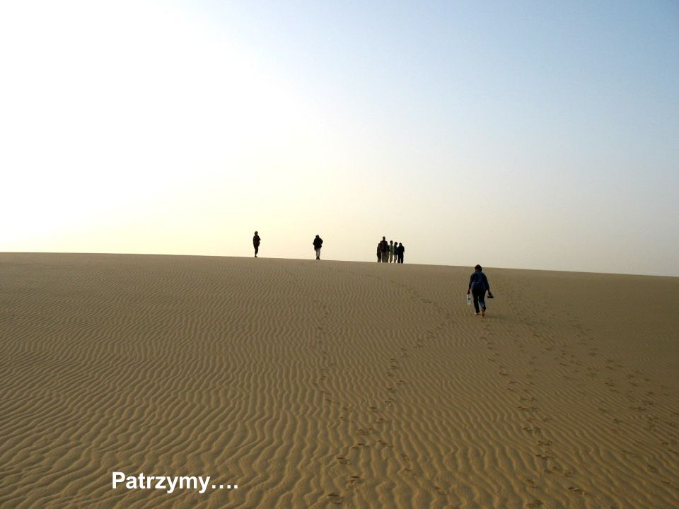 A my szybko, szybko na wydmę, po zimnym, szarym, grząskim piasku.