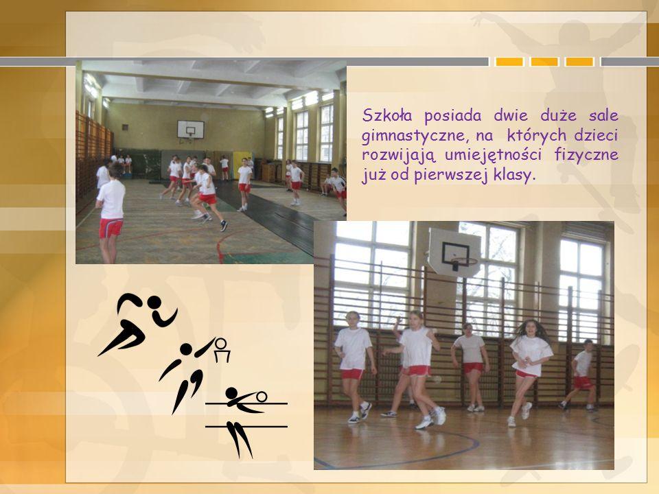 Szkoła posiada dwie duże sale gimnastyczne, na których dzieci rozwijają umiejętności fizyczne już od pierwszej klasy.