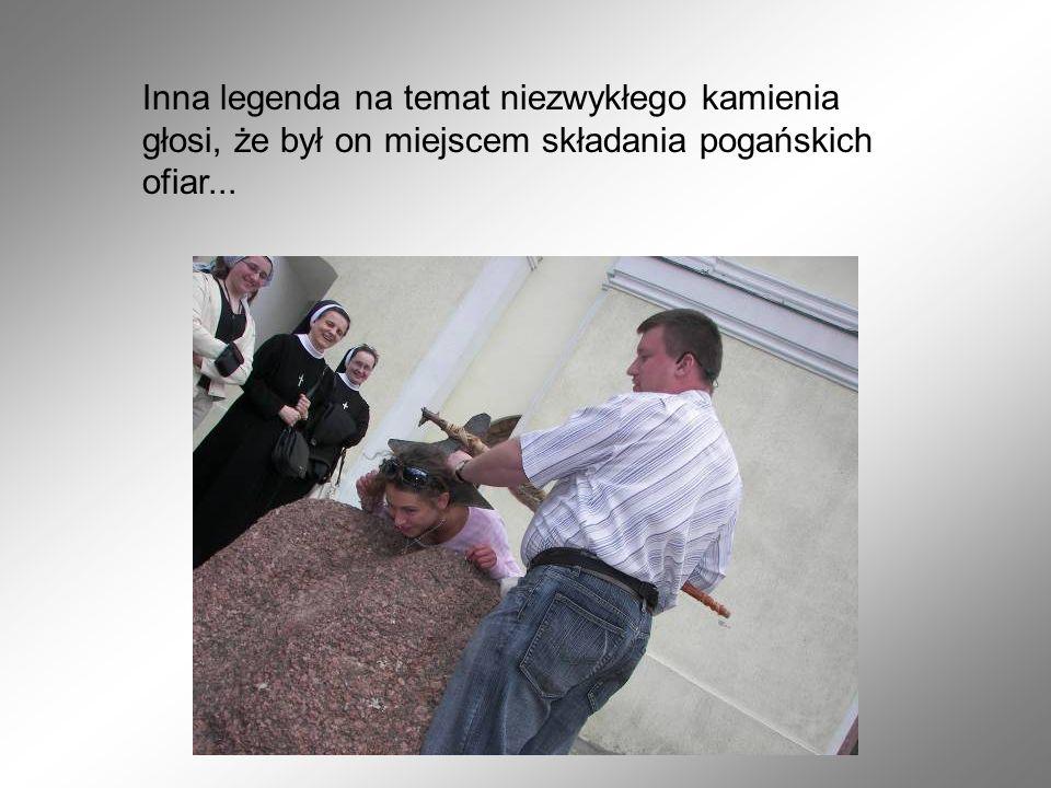 Inna legenda na temat niezwykłego kamienia głosi, że był on miejscem składania pogańskich ofiar...
